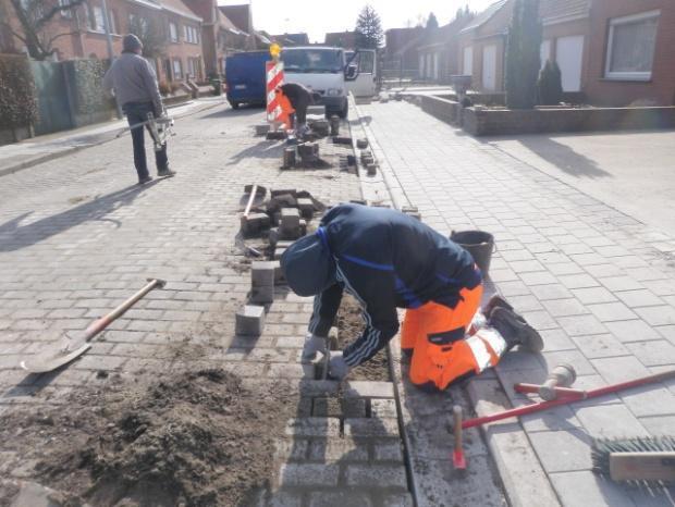Werknemers van Clarus in volle actie de straat aan het leggen
